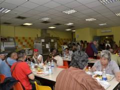 Giovane aspirante giornalista ai servizi sociali con i senzatetto